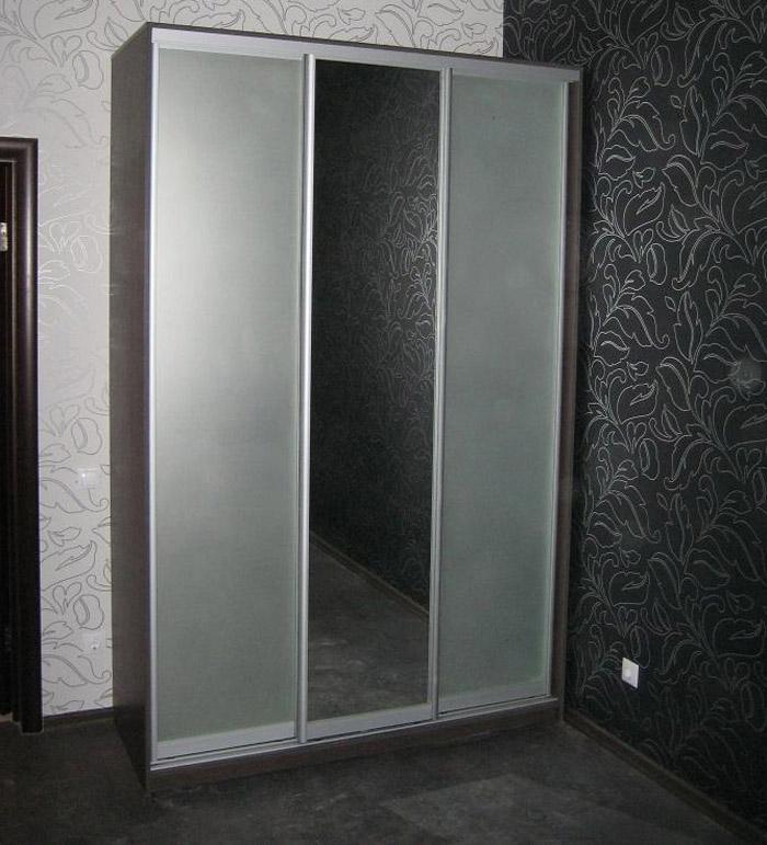 Лаконичное сочетание зеркал «сатин» (боковые двери) и «серебро» (центральная).