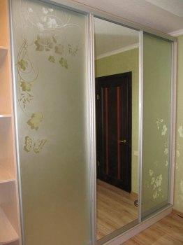 Якщо Вам не потрібно занадто багато дзеркальних поверхонь в приміщенні, їх можна «закрити», наносячи малюнок на більшу частину дверей