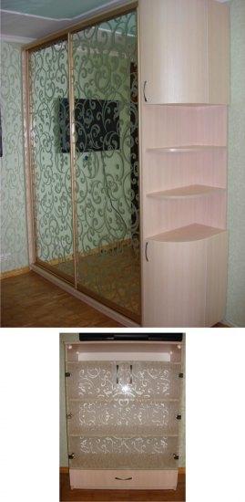Фасади тумби під ТВ прикрашені тим же піскоструминним малюнком, що і двері шафи у вітальні.