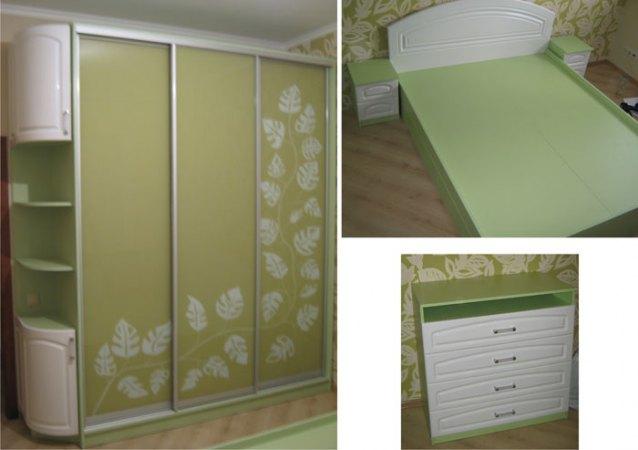 23. Комод, ліжко, приліжкові тумби виконані в одному стилі і колірній гамі з шафою-купе в спальні.