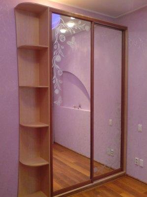Легкий малюнок (фон – дзеркало, малюнок – матування) прикрашає фасади, не закриваючи дзеркала