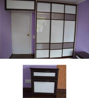 Навісна шафа-антресоль і тумбочки в спальні декоровані тим же склом Лакобель, що і двері шафи-купе.