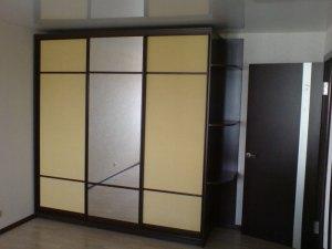 Секційні двері шафи-купе підкреслені профілем «венге».