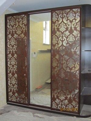 Вінтажний малюнок бічних дверях шафи нанесений методом трафаретного фарбування.