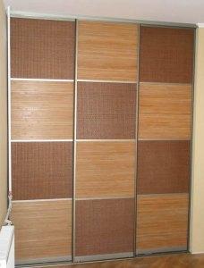 Секційні двері декоровані вставками з ротанга та бамбука.