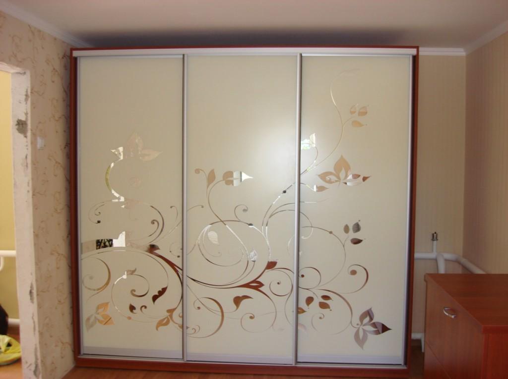 Двери шкафа в спальне – зеркало