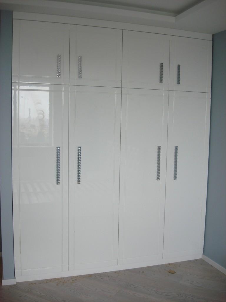Шкаф в спальню с распашными дверями