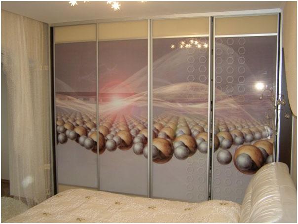 Шкаф в спальне на 4 отделения
