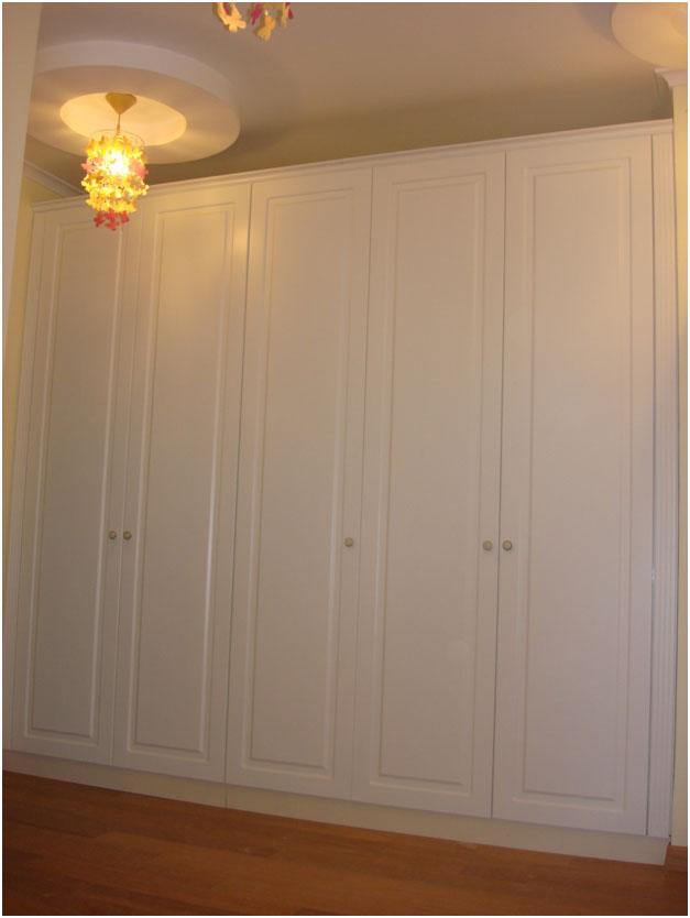 Встроенный шкаф в классическом стиле с распашными дверями