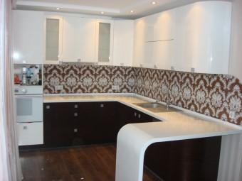Кухня отделена от гостиной гнутой барной стойкой