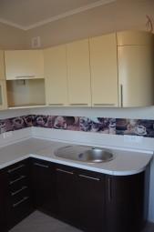 Кухня с крашеными матовыми и шпоном венге фасадами