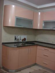 Фасады этой кухни в персиковых тонах