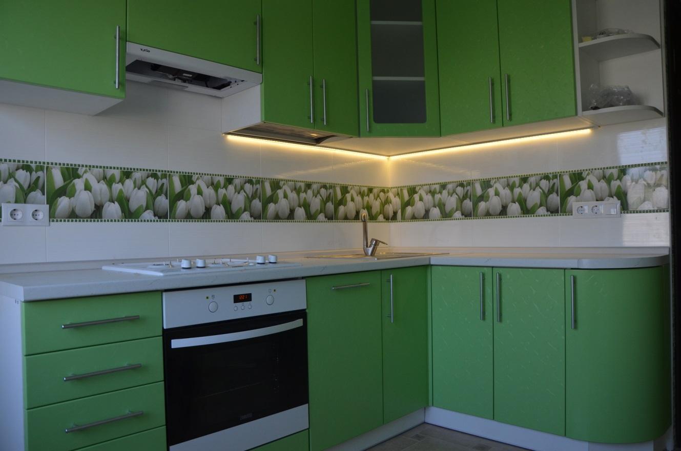 Фасады кухни свежего весенне-зеленого оттенка