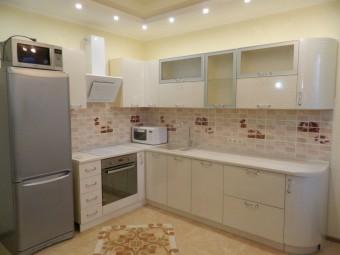 Нарядная светлая кухня с фасадами из глянцевого пленочного МДФ