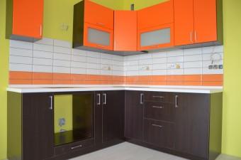 Небольшая угловая кухня с фасадами из матового крашеного МДФ