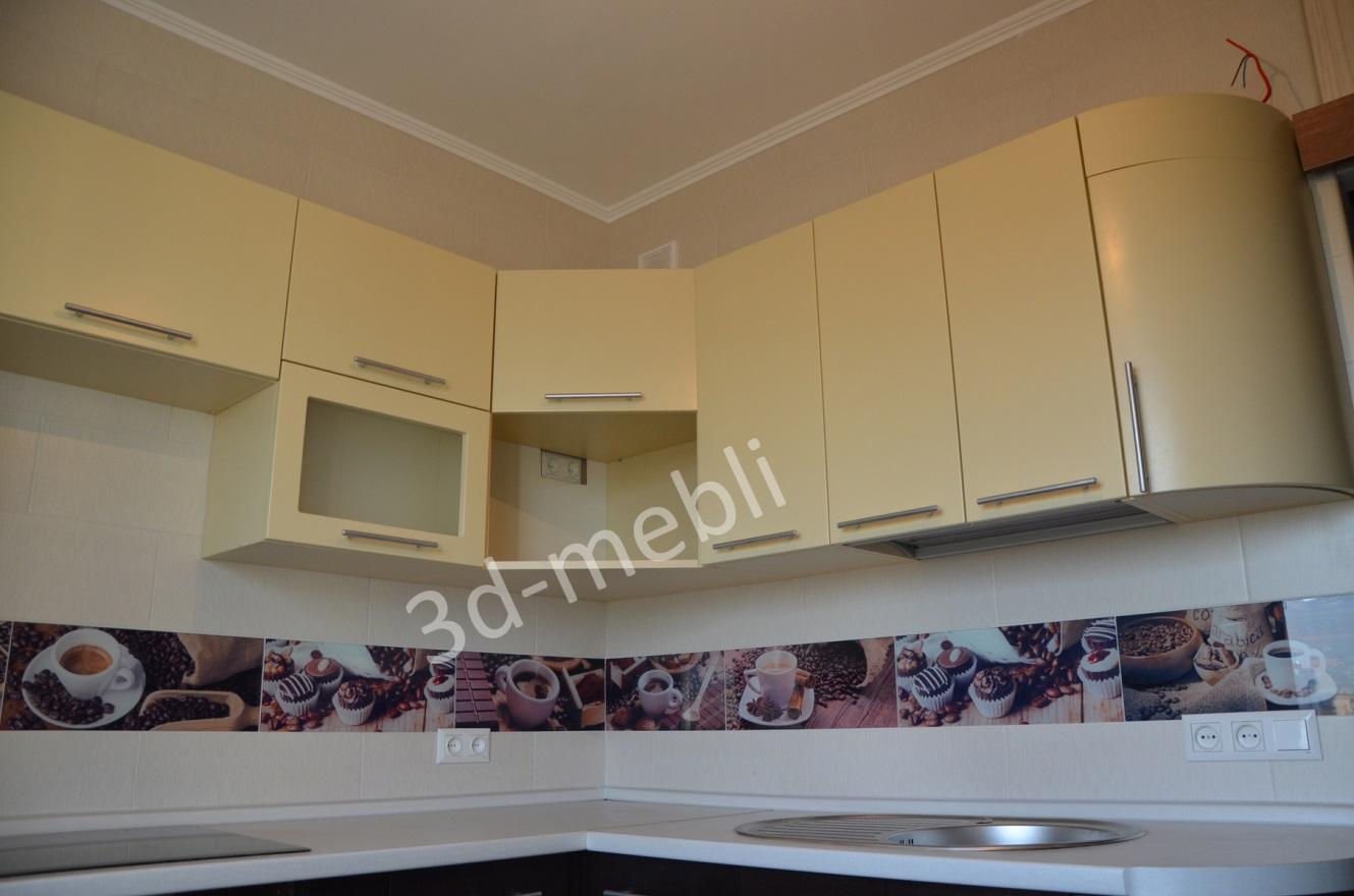 02.Фасады навесных шкафов этой кухни выполнены из матового крашеного МДФ.