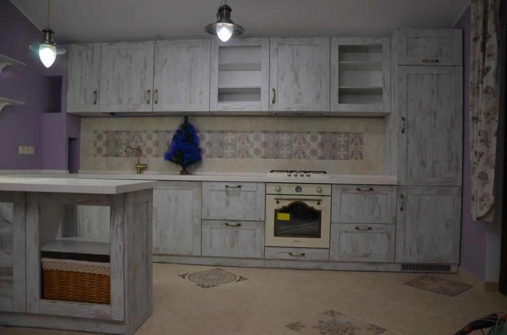Кухня в стиле кантри для загородного дома