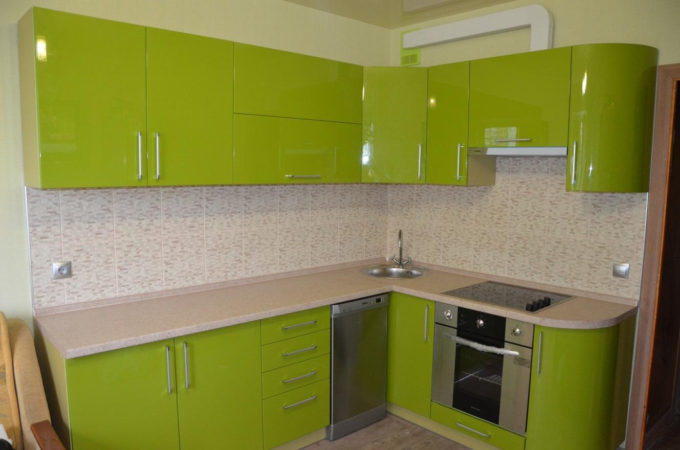 Оливковые фасады небольшой кухни