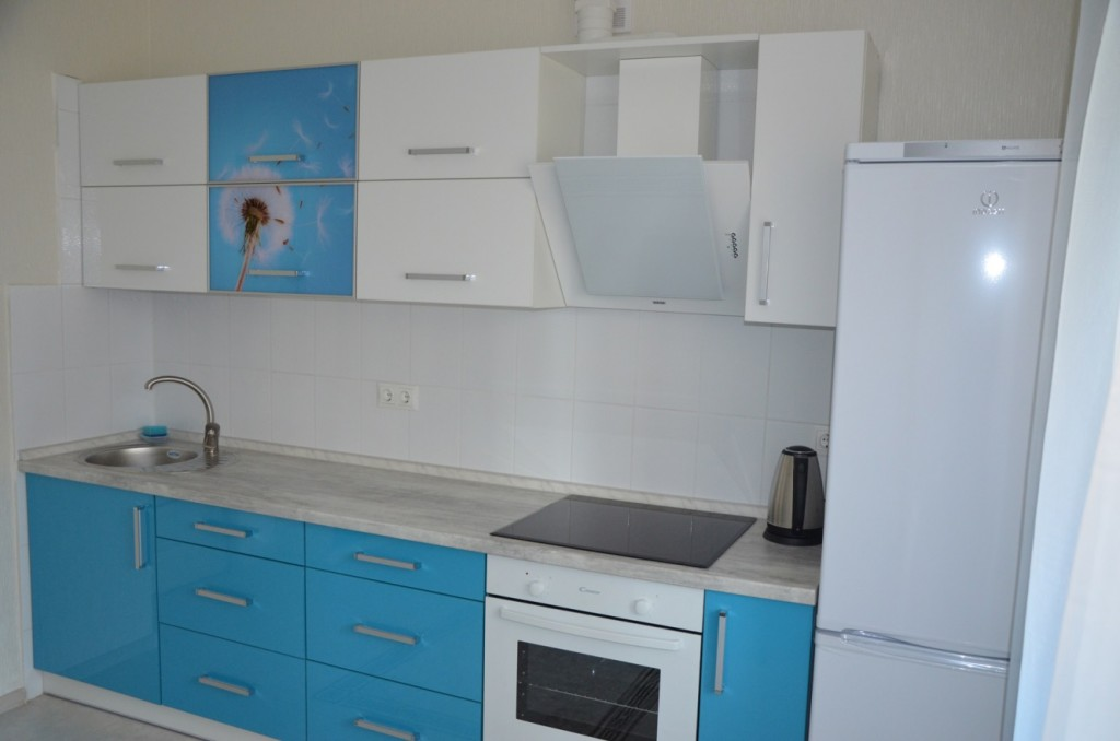 Бирюзово-белая кухня с коллажем из одуванчиков