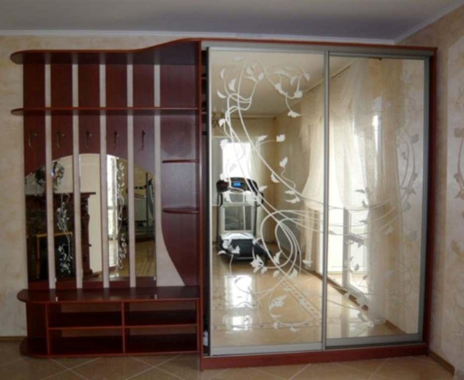 02. Шкаф-купе и открытая часть с крючками для большой прихожей. Двери шкафа и панели с крючками декорированы зеркалом с пескоструйным рисунком.