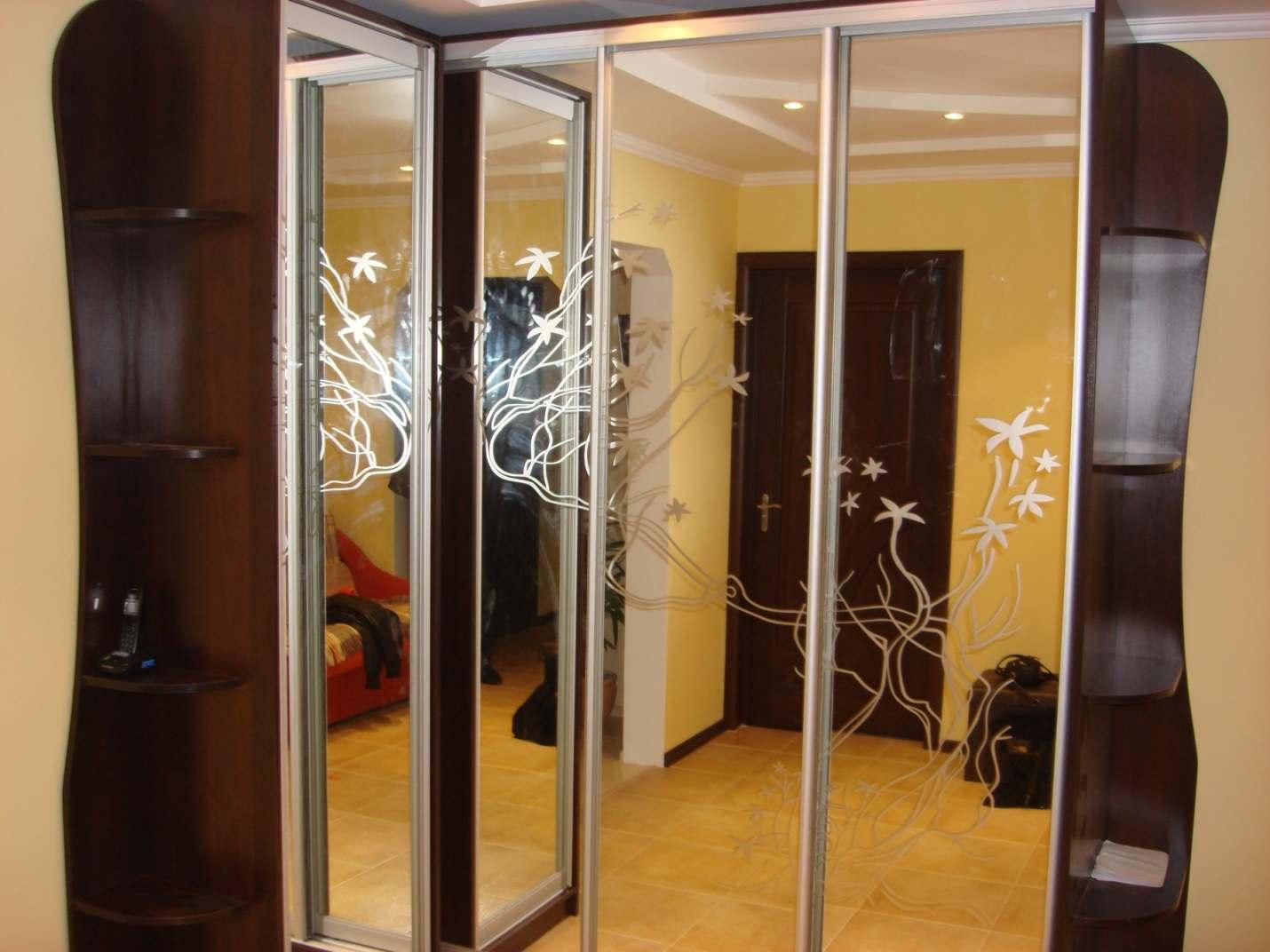 07. Большой угловой шкаф-купе в прихожей. Двери шкафа – зеркало «серебро» с пескоструйным рисунком.