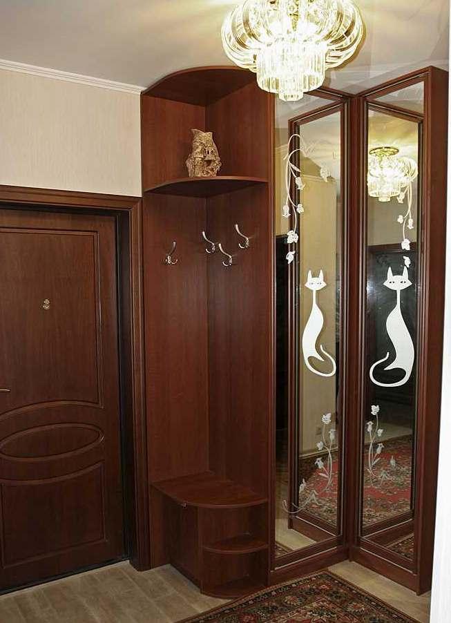 13. Небольшая угловая прихожая. Двери шкафа – распашные, в алюминиевом профиле.
