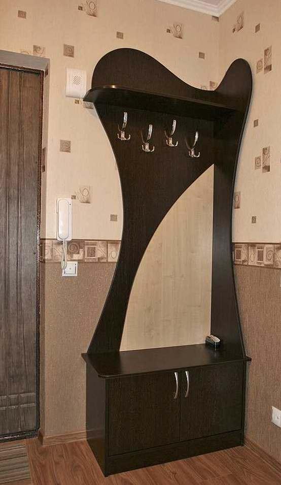 19. Стойка с крючками и обувной тумбочкой для маленького помещения.