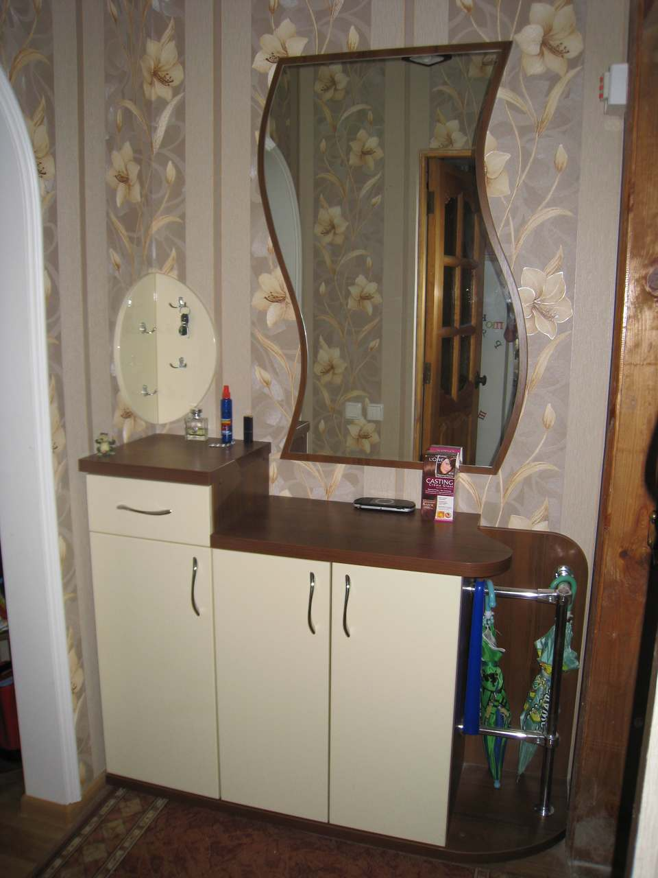 24. Тумбочки и зеркало необычной формы для небольшой прихожей.