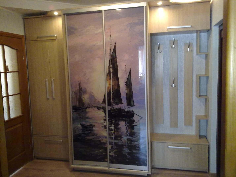 26. Различная глубина мебели в прихожей позволяет идеально вписать ее в помещение. Двери шкафа-купе украшены рисунком фотопечати под стеклом.