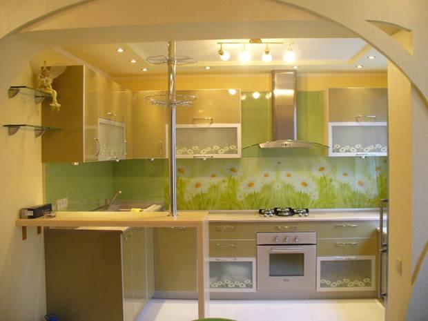 Кухня с фасадами из пластика и стеклами