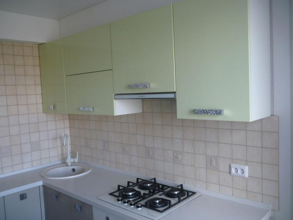 Навесные шкафы в небольшой угловой кухне