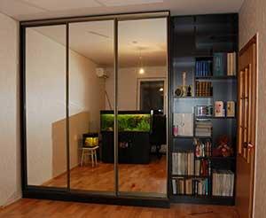 Шкаф в гостиной с полками-«лабиринтом» для книг.