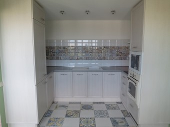 Небольшая кухня в помещении с мансардным потолком