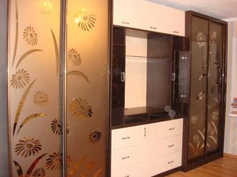 Двери шкафов-купе – зеркало «бронза» с пескоструйным рисунком.