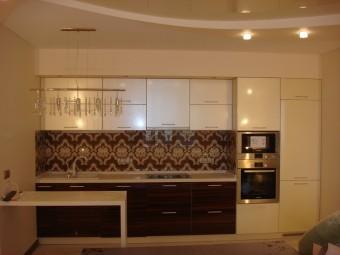 Встроенная кухня-студио с глянцевыми пленочными фасадами