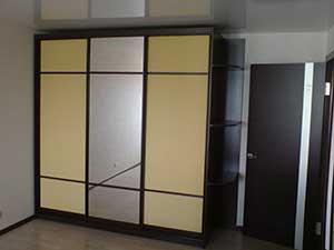 Фасады из ДСП (боковые двери) можно также сочетать с зеркалом (центральная дверь).
