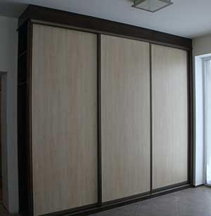 Шкаф венге с фасадами из светлого ДСП.