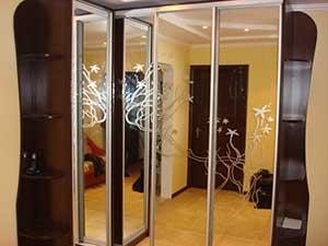 Двери углового шкафа – зеркало «серебро с пескоструйным рисунком (фон – зеркало, рисунок – матирование).