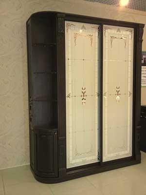 Шкаф венге в классическом стиле с гнутыми фасадами и декором из МДФ. Фасады – пескоструйный рисунок.