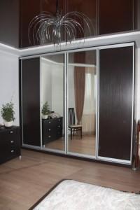 Большой шкаф с фасадами из ДСП «венге» и зеркала.