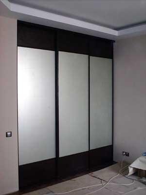 Секционные двери шкафа – ДСП венге + зеркало «сатин».