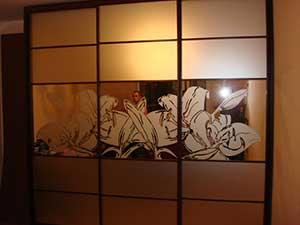 Секционные двери со вставками зеркала «сатин» и «серебро» с пескоструйным рисунком.