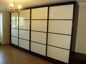 Секционные двери шкафа – стекло Лакобель. Алюминиевый профиль – «венге глянец».
