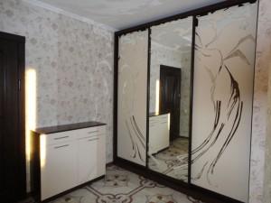 Зеркала шкафа в прихожей – 1-цветная трафаретная покраска.