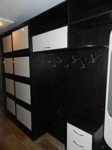 Секционные двери шкафа в прихожей выполнены из цветного стекла Лакобель.