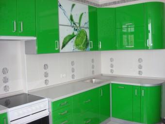 Эргономичная кухня с гнутыми фасадами