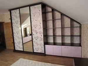 Шкаф в мансардной спальне.