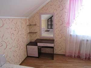 Туалетный столик в цвете «венге» с фасадами из розового пленочного МДФ. Рама зеркала выполнена из того же материала.