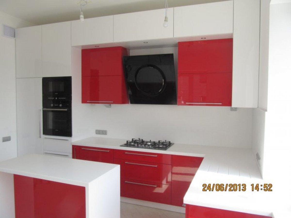 Яркая 2-цветная кухня с глянцевыми крашеными фасадами