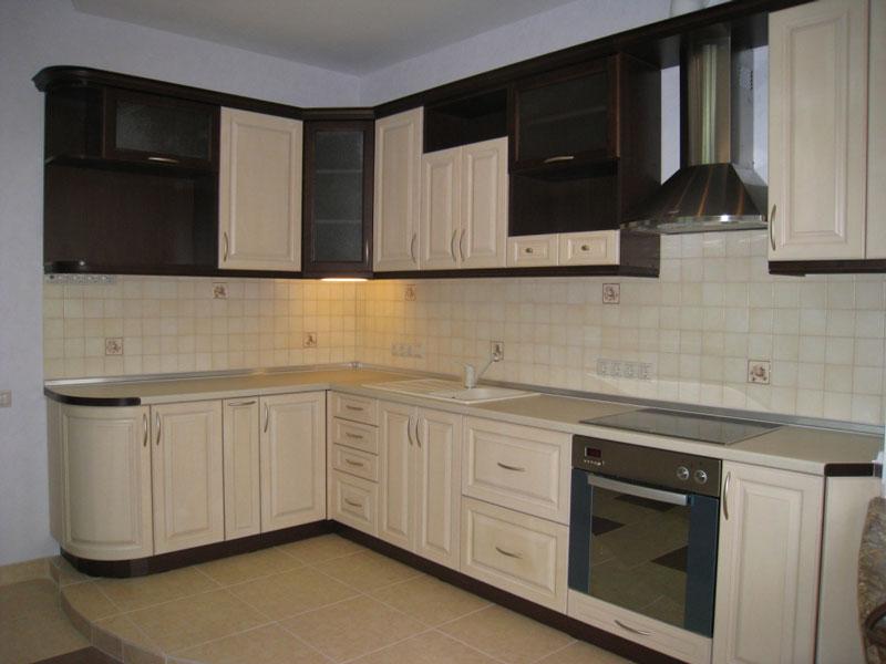 Кухня со светлыми пленочными фасадами